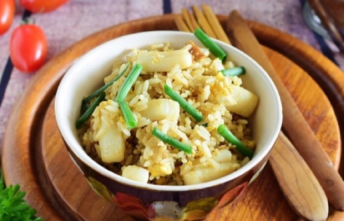 Обалденный жареный рис с кальмарами и яйцом