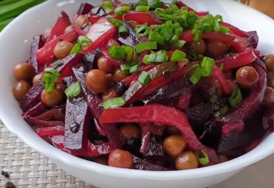 Салат из свеклы с горошком и маринованными огурцами