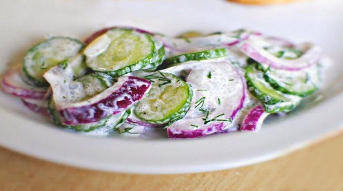Огуречный салат с соусом: весенняя вкуснятина