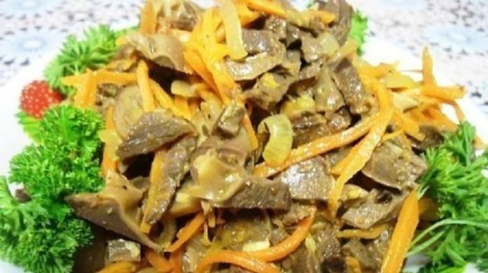Салат с куриными желудками и корейской морковью: вкусно и сытно
