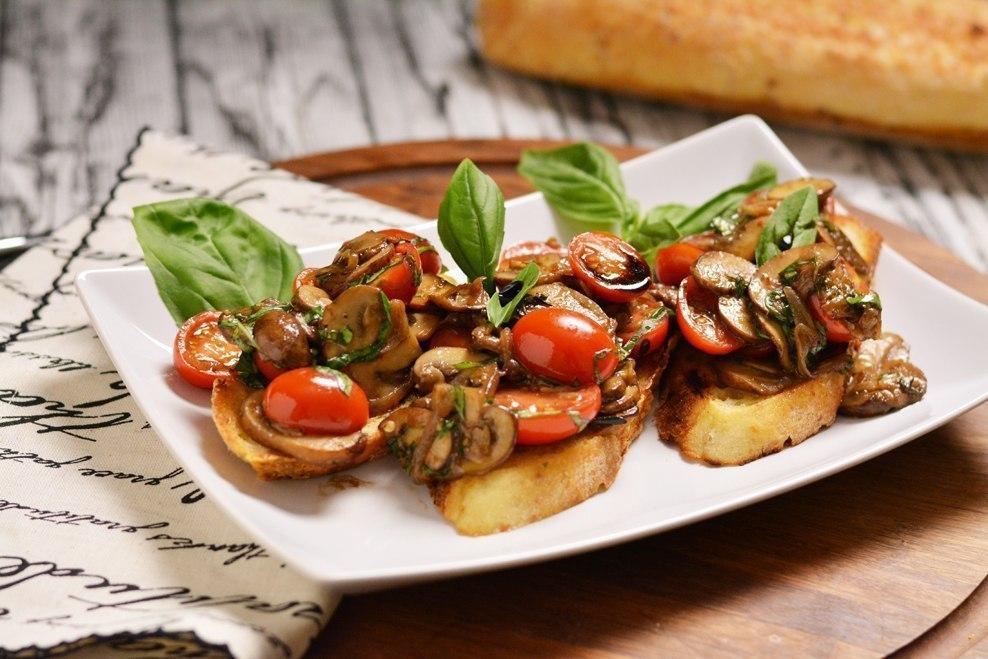 Аппетитный перекус: брускетта с жареными грибами и помидорами