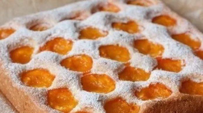 Простой пирог с абрикосами и легким цитрусовым ароматом