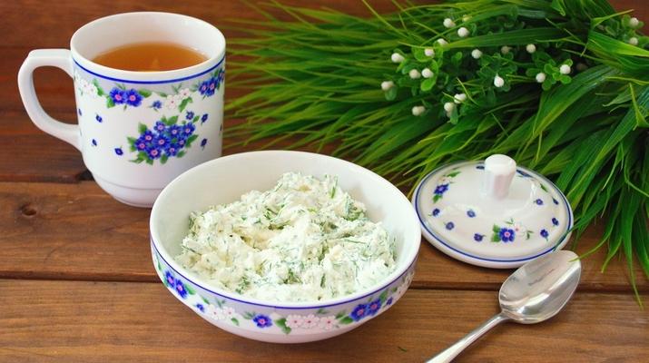 Творожный завтрак с зеленью и яйцом