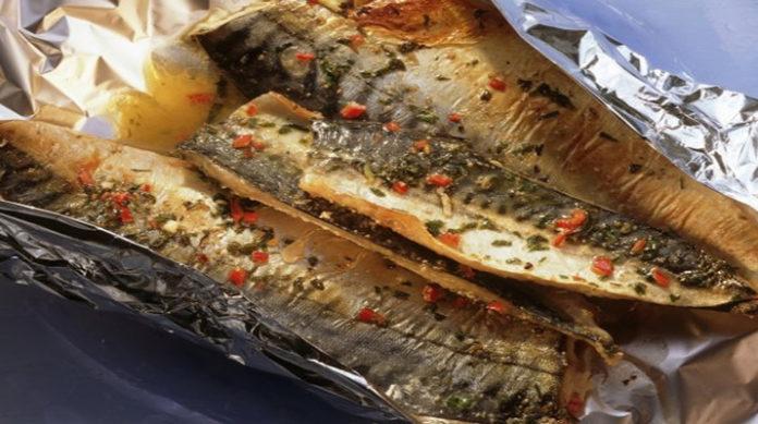 Вкусная скумбрия в духовке с луковым соусом