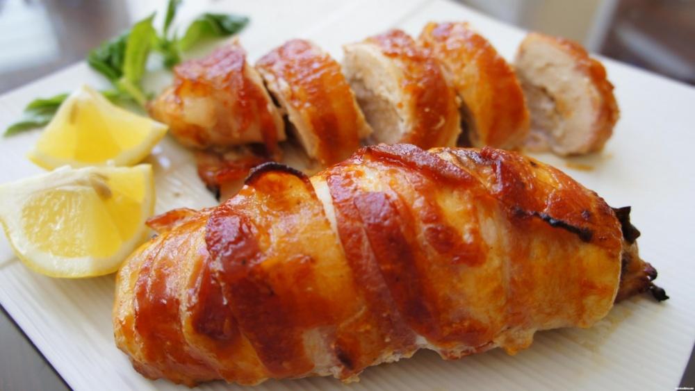 Аппетитные куриные рулетики в беконе