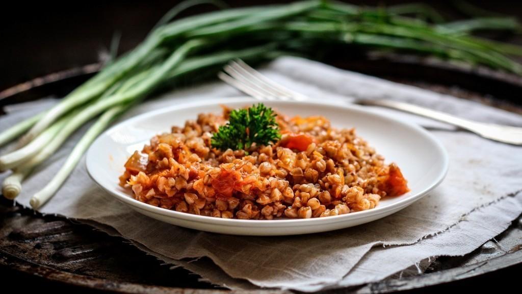 Очень аппетитный гарнир: гречка с помидорами