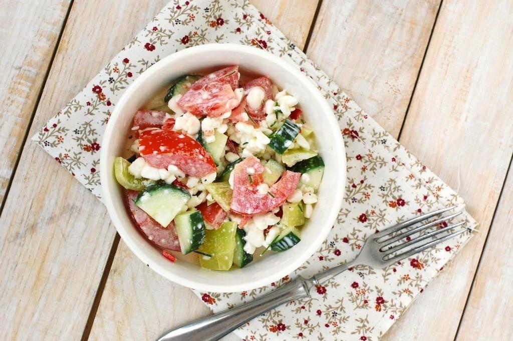 Аппетитный салат с творогом и овощами