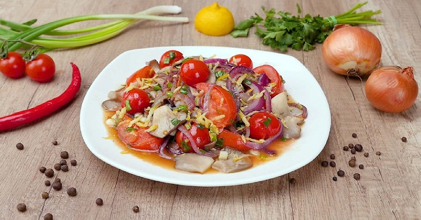 Теплый салат с грибами и овощами: порадуйте себя и близких