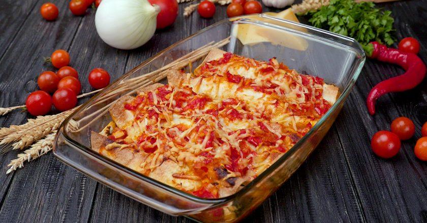 Лепешки с куриным фаршем и сыром под острым томатным соусом: мексиканская энчилада