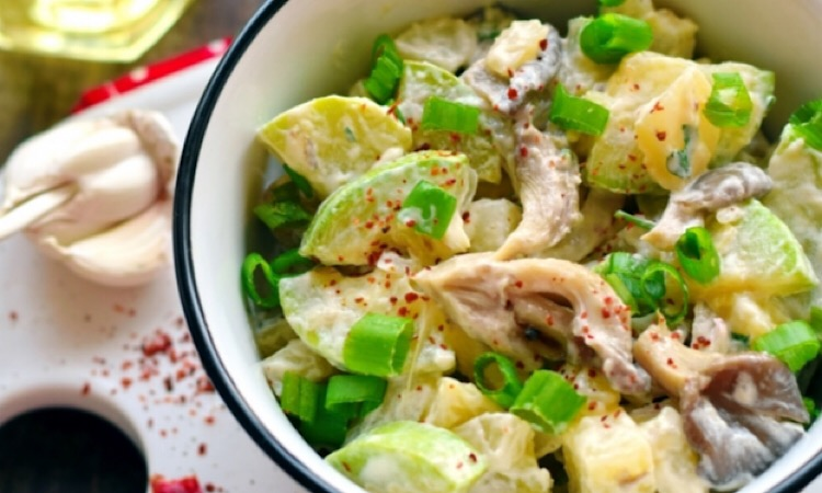 Отменный салат с кабачками, вешенками и картофелем