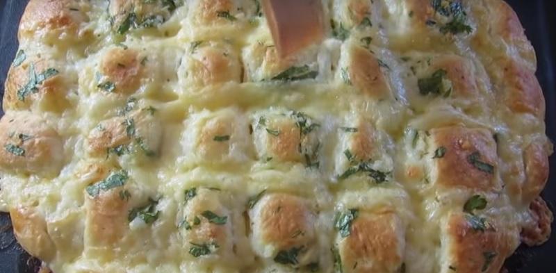 Восхитительно вкусная лепешка с чесноком и сыром