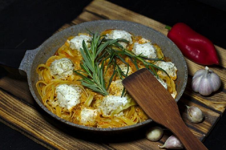 Гнезда с курицей в сливочном соусе: блюдо для всей семьи