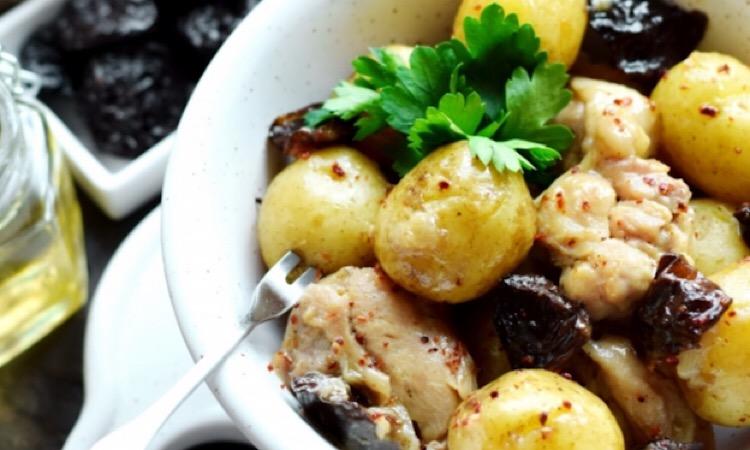 Мега вкусно: картофель с курицей и черносливом