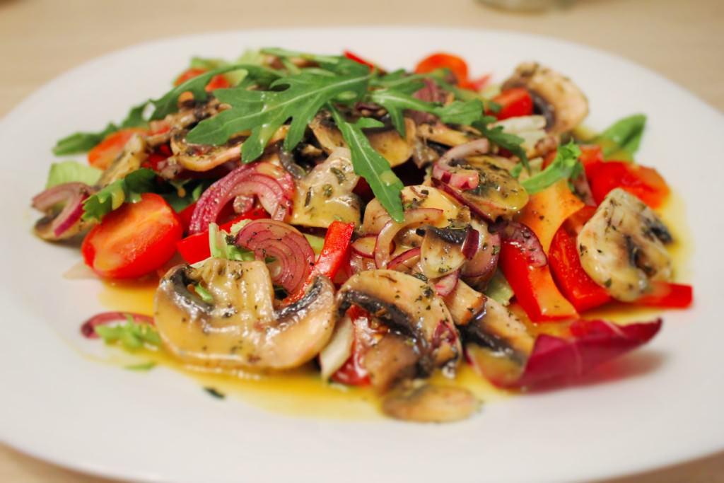 Превосходный теплый салат с грибами