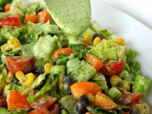 Фитнес-салат из овощей с оригинальным соусом