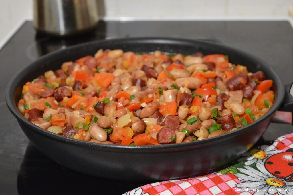 Вкуснейшая фасоль в деревенском стиле с колбасками и овощами
