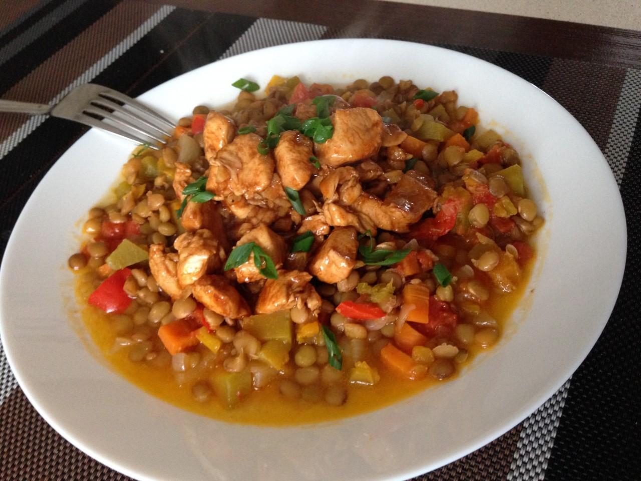 Аппетитная чечевица, тушеная с куриным филе и овощами