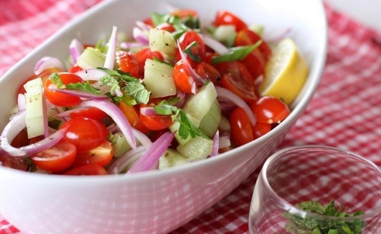Салаты с помидорами: подборка интересных и простых  рецептов