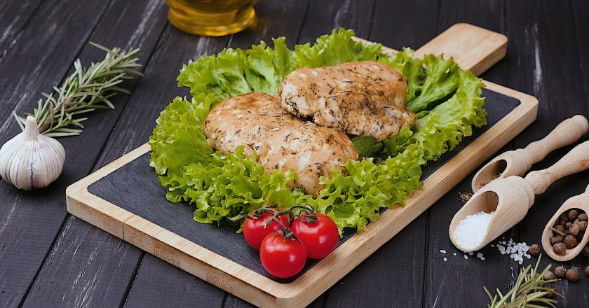 Сочные куриные грудки: готовим диетическое блюдо в духовке