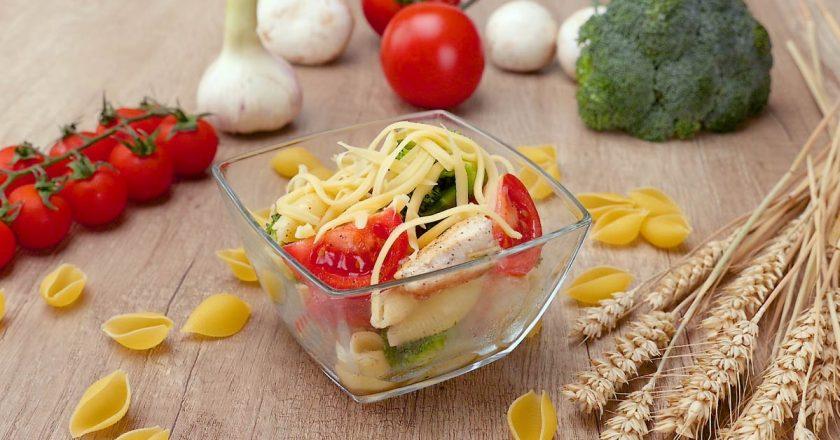 Салат с курицей и макаронами: рецепт необычной закуски