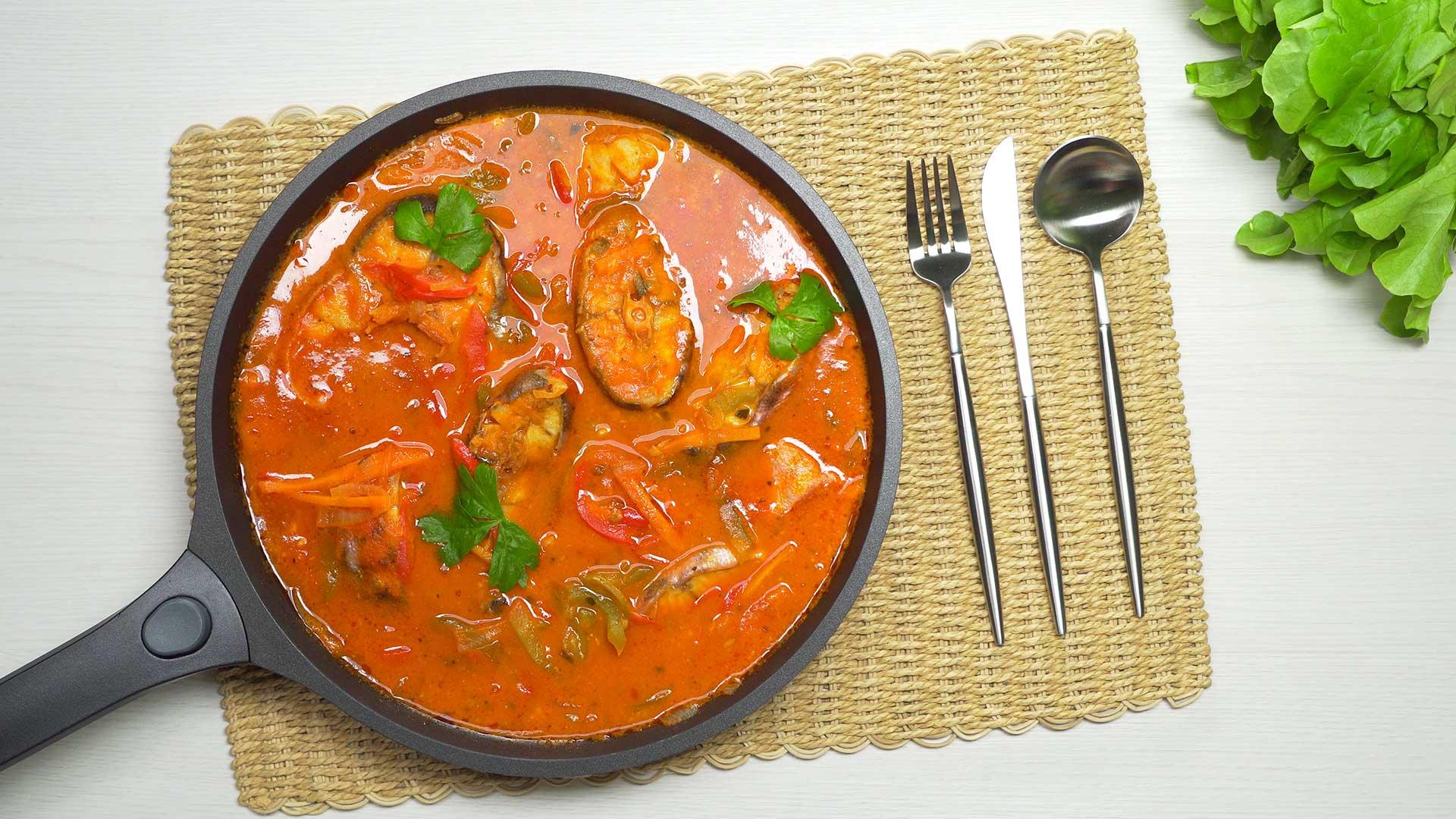 Рыба в томатном соусе, тушеная с овощами
