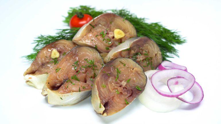 Малосольная скумбрия в луковом соусе: новый вкус любимой рыбы