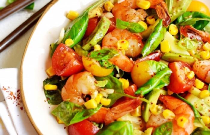 Отменный салат с жареными креветками