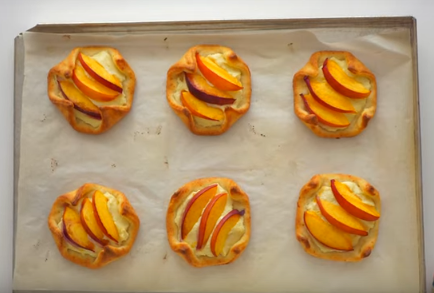 Аппетитные творожные квадратики с нектаринами