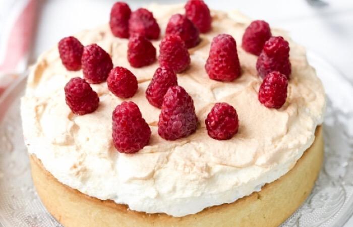 Восхитительный тарт с малиновым кремом и меренгой