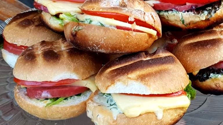 Бургеры с колбасой на мангале: отличный вариант закуски для пикника
