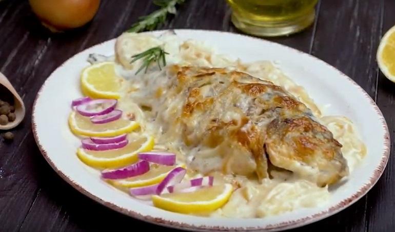 Караси в сметане: самый популярный рецепт приготовления речной рыбы
