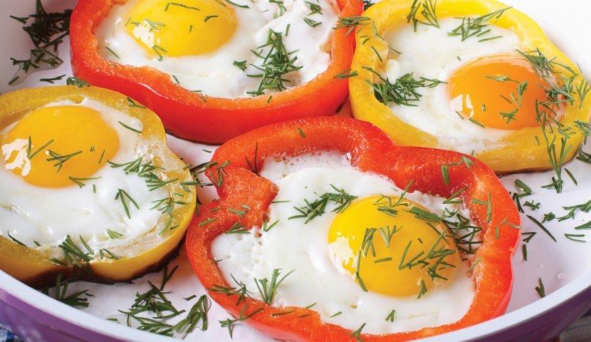 Яичница в перце на завтрак: летний вариант привычного блюда