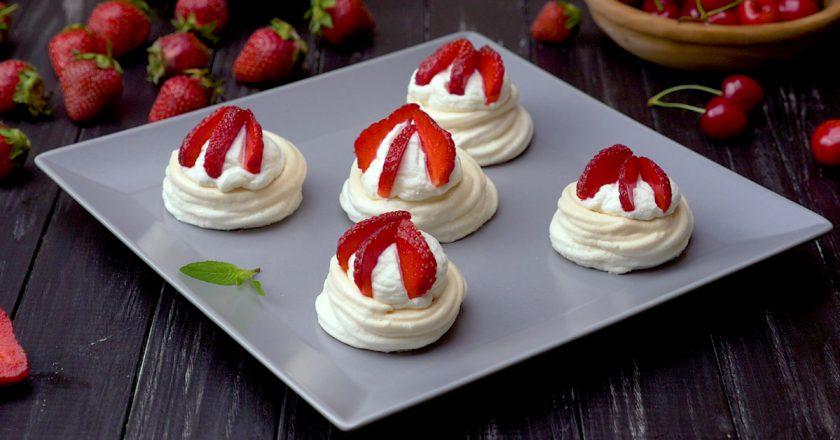 Творожные пирожные с клубникой: изысканный десерт