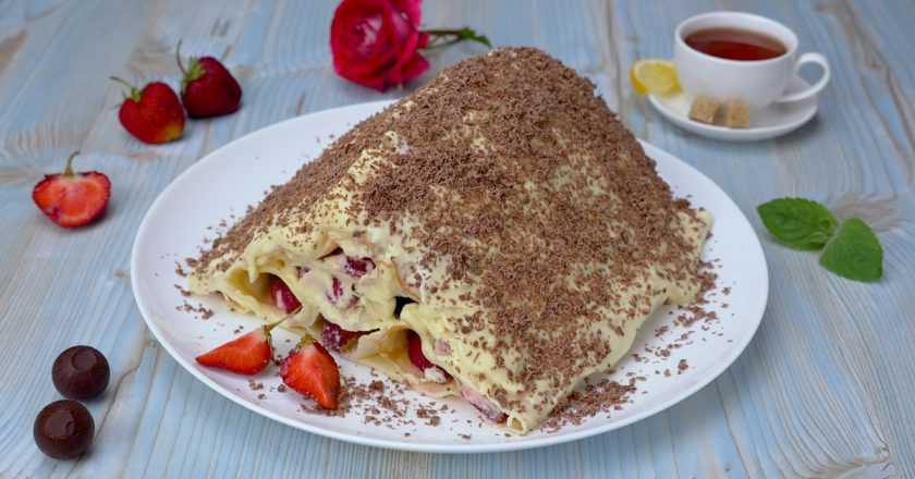 Блинный торт с клубникой: легкий фруктовый десерт