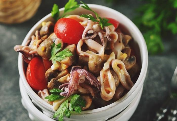 Обалденный салат с кальмарами и грибами