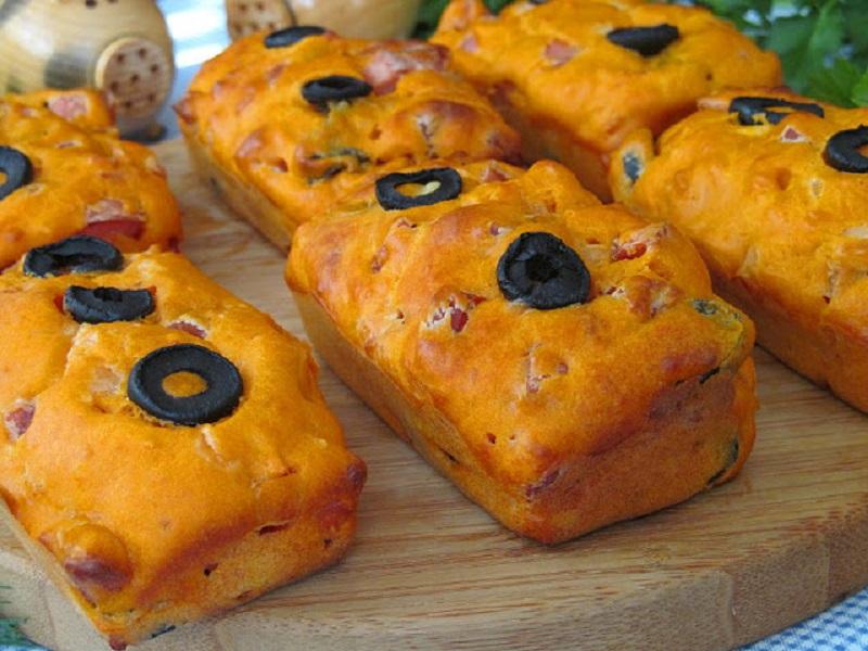 Обалденные кексы с колбасой и маслинами