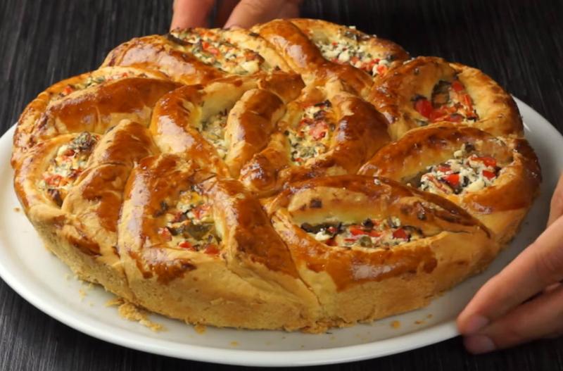 Потрясающе вкусный отрывной пирог с сыром и овощами