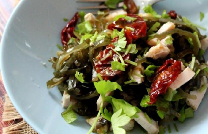 Отменный салат с индейкой и морской капустой
