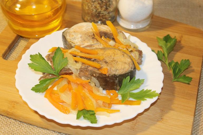 Горбуша с луком и морковью на сковороде: пальчики оближете!