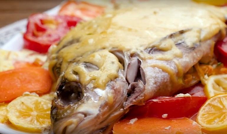 Рыба, запеченная в молоке: соус и окружение играют главную роль