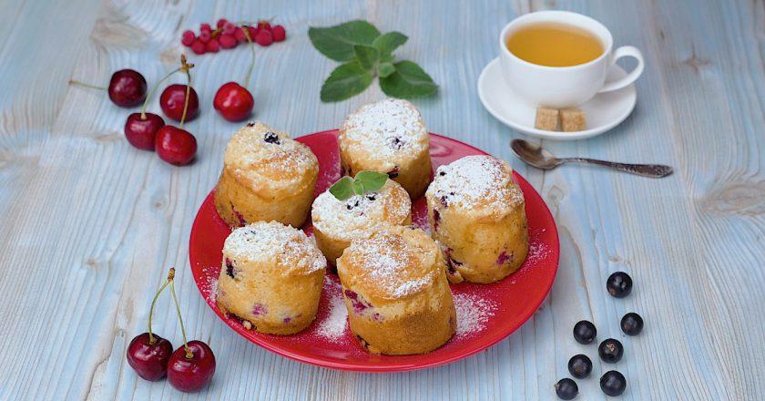 Ванильные маффины со смородиной: миниатюрная выпечка на десерт