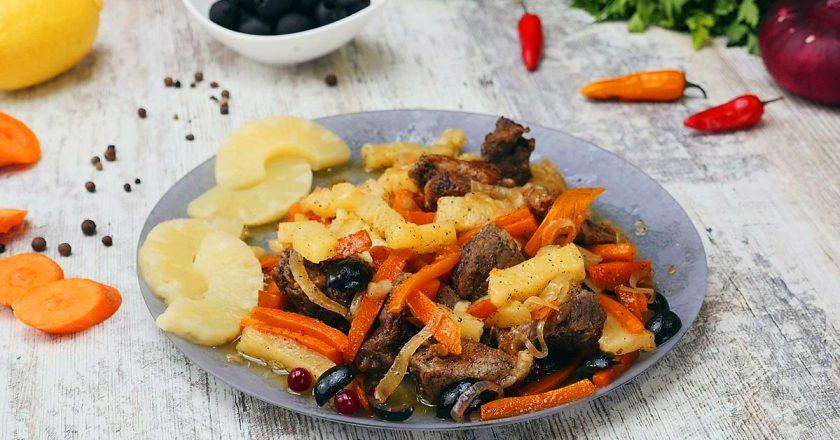 Свинина с оливками и ананасом: обычное тушеное мясо становится шедевром