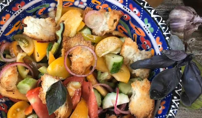 Тосканский овощной салат с сухариками: изумительный летний рецепт