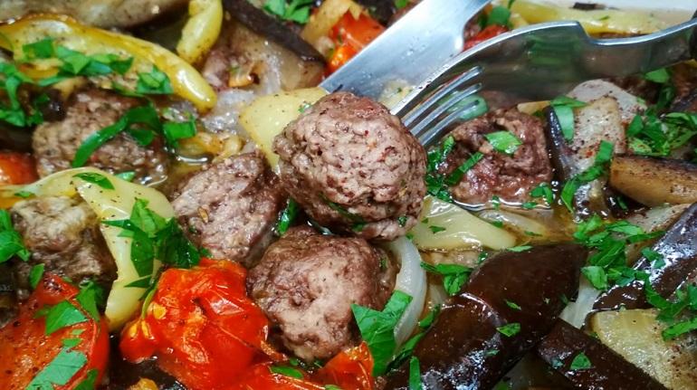 Вкуснейшее жаркое с фрикадельками и запеченными овощами: нарезать и сложить в духовку