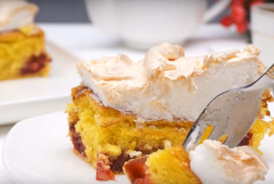 Превосходный пирог со сливами и безе