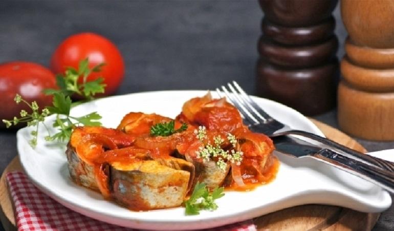 Скумбрия с луком в томатном соусе: вкуснее, чем копченая рыба