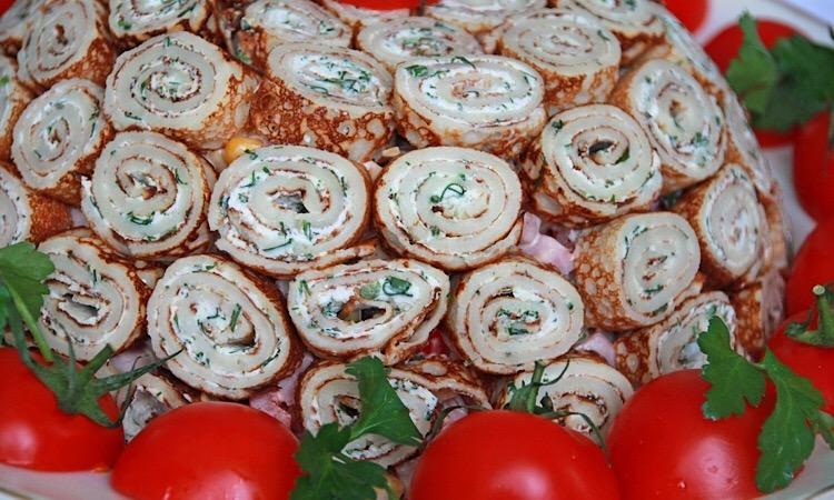 Вкуснейший салат с блинами и ветчиной