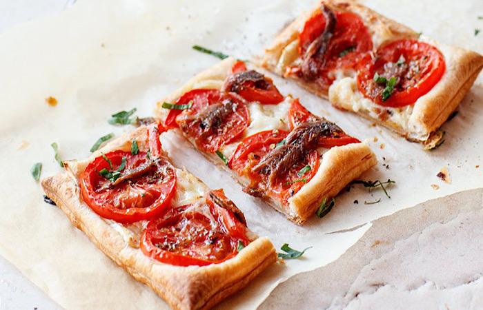 Интересный пирог с козьим сыром, помидорами и анчоусами: потрясающе вкусно