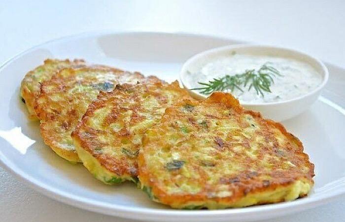 Вкуснейшие кабачковые оладьи с сыром и чесноком