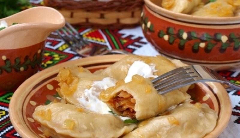 Вареники с жареной капустой: вкусное тесто на сметане